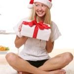 piękna kobieta młody i szczęśliwy w Boże Narodzenie kapelusz — Zdjęcie stockowe #4302292