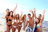 Adolescentes felices jugando en el mar — Foto de Stock