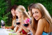 şarap içmek güzel kız grubu — Stok fotoğraf