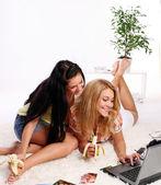 En två unga flickor hemma — Stockfoto