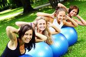 Jong en aantrekkelijk dames fitness oefeningen doen — Stockfoto