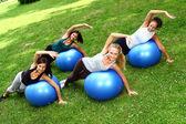 Genç ve çekici bayanlar fitness egzersizleri yapıyor — Stok fotoğraf