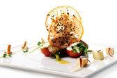 Mięso z grilla z warzywami i sosem śmietanowym — Zdjęcie stockowe