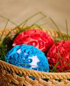 Ovos de Páscoa dentro do cesto — Fotografia Stock