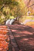 Herbstliche landschaft mit treppen, brücke und teich — Stockfoto