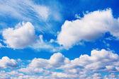 Fondo de cielo azul con nubes lanosas y cúmulos — Foto de Stock