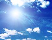 Bakgrund av blå himmel och sol — Stockfoto