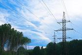 電力線、青の曇り空 — ストック写真