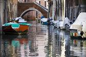 Benátky kanálů a čluny — Stock fotografie