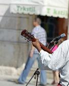 Pouliční hudebník hraje venku — Stock fotografie