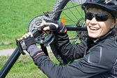 All'aperto di bicicletta riparazione donna — Foto Stock