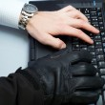 dizüstü bilgisayarda çalışan bilgisayar korsanı — Foto de Stock