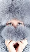 Portrait de jeune fille au chapeau de fourrure — Photo