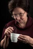 Lachende vrouw met kop warme drank — Stockfoto