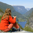 Foto Stock: Girl hiker looking at fjord