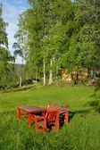Cadeiras e mesa de madeira vermelha — Foto Stock