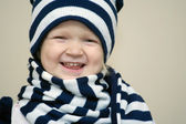 девушка, одетая с зимняя шапка и шарф — Стоковое фото