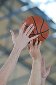 Basketbal duel — Stockfoto