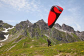Paragliding in alps — Stockfoto