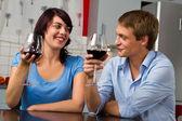 Glückliches junges paar, toasten wein zusammen — Stockfoto