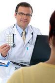Medico dando pillole ad un paziente — Foto Stock