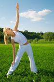 Krásná mladá žena cvičení venku — Stock fotografie