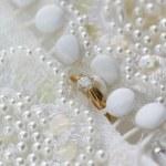 Diamantring Solitär Engagemnt und Hochzeitsband auf einer Hochzeit-d — Stockfoto