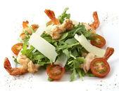 салат «цезарь» с креветками — Стоковое фото