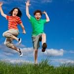 ragazza e ragazzo salto — Foto Stock #4643339