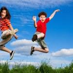ragazza e ragazzo salto — Foto Stock #4643348