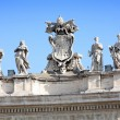 Statues on top of a St. Peter's Basilica — Zdjęcie stockowe