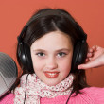 Pretty girl listening music — Stock Photo