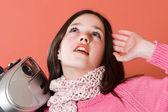 かわいい女の子が音楽を聴く — ストック写真