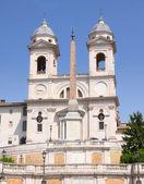 Iglesia de trinitá dei monti en roma italia — Foto de Stock