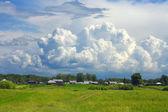Ett stort moln över den lilla byn — Stockfoto