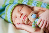 Adorable newborn baby with teddy — Stock fotografie