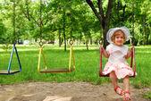 スイングの幸せな女の子 — ストック写真