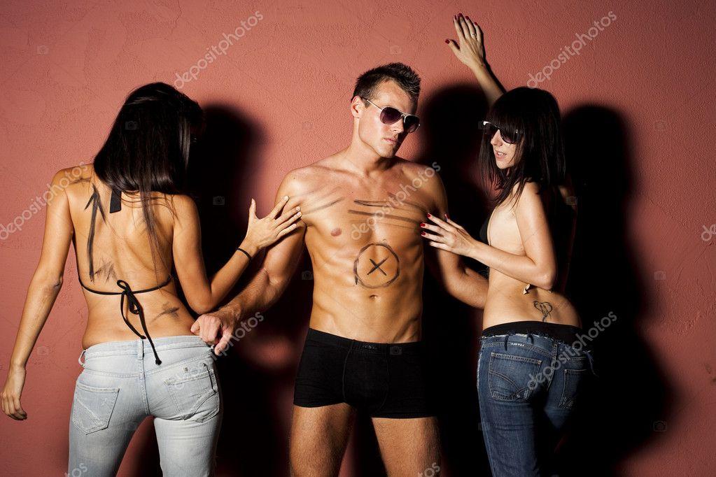 Красивый manpulled два сексуальная женщина.
