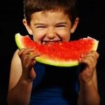 vackra pojke som äter vattenmelon — Stockfoto