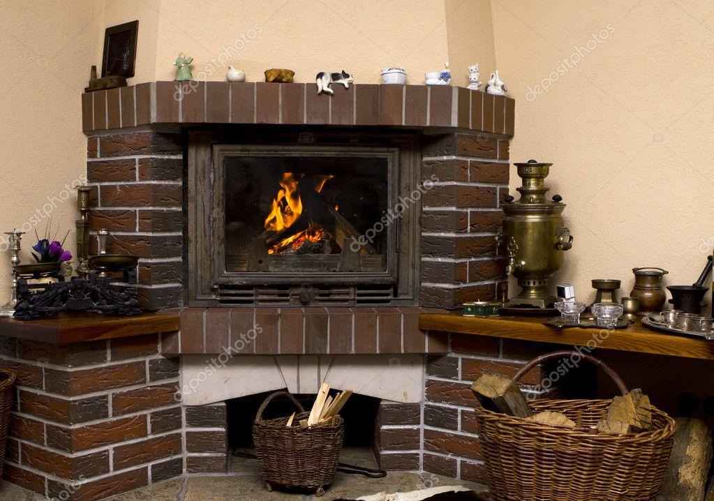 Камины в интерьере гостиной фото угловые своими руками