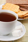 Breakfast: a cup of tea with a lump sugar and crackers — Zdjęcie stockowe