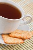 クラッカーと紅茶 1 杯 — ストック写真