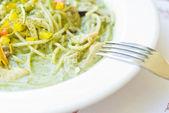 вкусные noddles в белый блюдо с вилкой — Стоковое фото