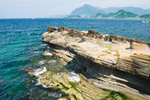 Rocky seashore and wavy ocean — Stock Photo