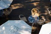 Buiten koffie tafel op houten grond — Stockfoto