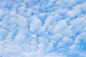 Especiales nubes en el cielo azul — Foto de Stock
