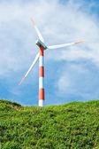 Vindkraftverk i grön kulle — Stockfoto