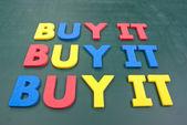 Köpa det, färgstarka ord på tavlan — Stockfoto