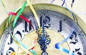 Horloge antique avec des rubans de nouvel an — Photo