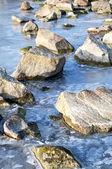 凍った湖の上の石 — ストック写真